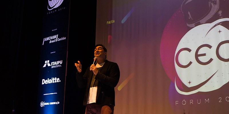 Curitiba – No CEO Fórum, jornalista e apresentador compartilhou aprendizado como viajante internacional
